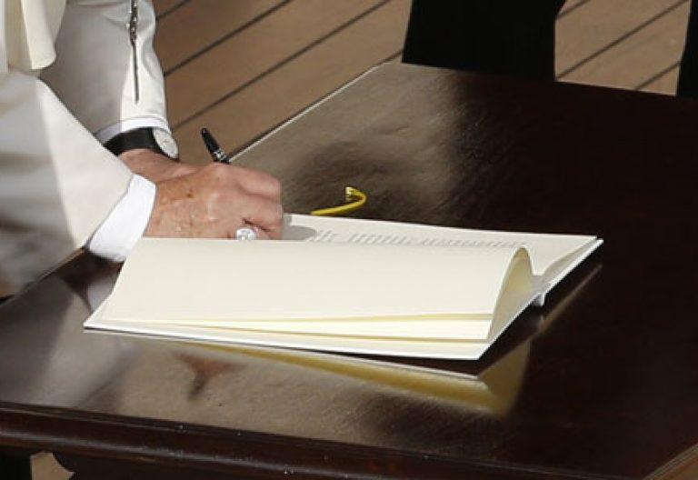 papa Francisco firma la carta apostólica Misericordia et misera que cierra el Jubileo Año Santo Extraordinario de la Misericordia 20 noviembre 2016
