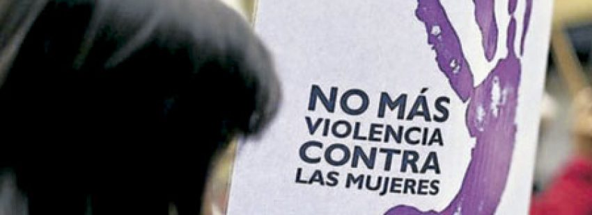 protesta de una mujer contra la violencia machista contra mujeres
