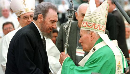 Fidel Castro asiste a la misa oficiada por Juan Pablo II en la Plaza de la Revolución de La Habana Cuba 25 enero 1998