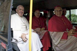papa Francisco con cardenales Carlos Osoro y Baltazar Porras en furgoneta después de la misa del consistorio para visitar a Benedicto XVI 19 noviembre 2016