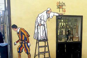 grafiti papa Francisco jugando al tres en raya en Roma aparecido en octubre 2016 hecho por Maupal