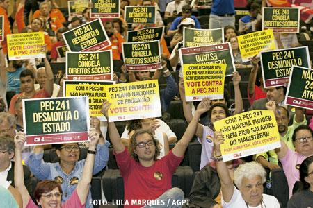 manifestación en Brasil frente al Parlamento contra la medida del Gobierno Propuesta de Enmienda Constitucional para equilibrar el gasto público