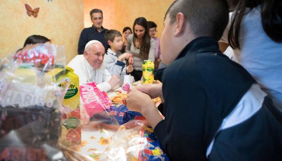 papa Francisco visita casa de acogida a niños viernes de la misericordia 14 octubre