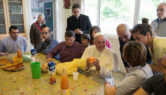 papa Francisco visita a enfermos de la comunidad Chicco del movimiento del Arca Jubileo misericordia 16 mayo 2016
