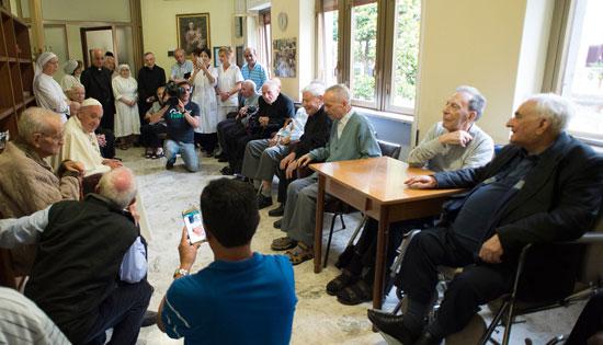 papa Francisco visita Casa San Gaetano con sacerdotes retirados ancianos y enfermos Jubileo viernes misericordia 17 junio 2016