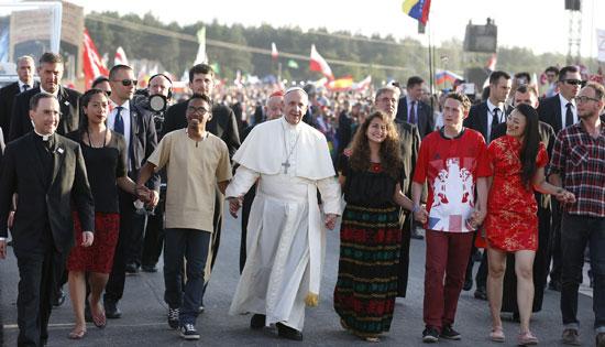 papa Francisco con jóvenes tras atravesar la puerta santa JMJ Cracovia 2016 30 julio
