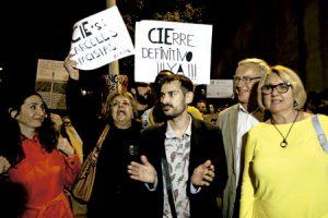 un grupo de gente protesta pidiendo el cierre del CIE de Valencia