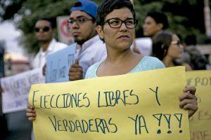una mujer en Managua durante una concentración para pedir elecciones libres en Nicaragua noviembre 2016