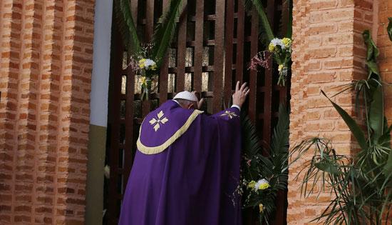 papa Francisco apertura de la puerta santa de la Catedral de Bangui República Centroafricana Jubileo de la Misericordia 29 de noviembre 2015