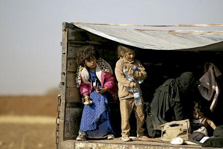 niños y familias iraquíes refugiados huyen de Mosul de ataques del Estado Islámico