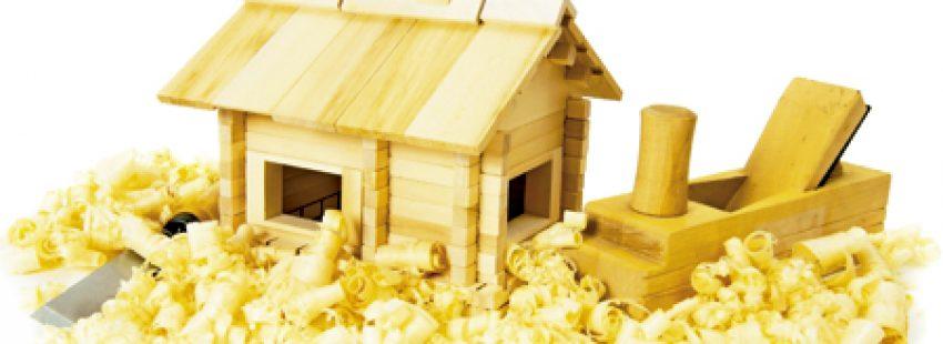 casa de madera en maqueta con herramientas para marquetería