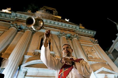 diácono permanente con el incensario a las puertas de una iglesia