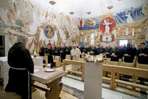 papa Francisco con la Curia en los ejercicios espirituales de Adviento 2016 dirigidos por el P. Raniero Cantalamessa