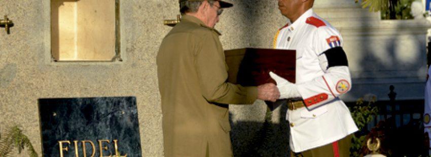 Raúl Castro con las cenizas de Fidel Castro en su entierro en Santiago de Cuba 4 diciembre 2016