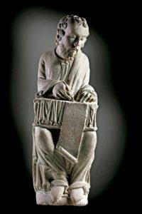 escultura del Pórtico de la Gloria de la catedral de Santiago de Compostela del Maestro Mateo en una muestra en el Museo del Prado finales 2016