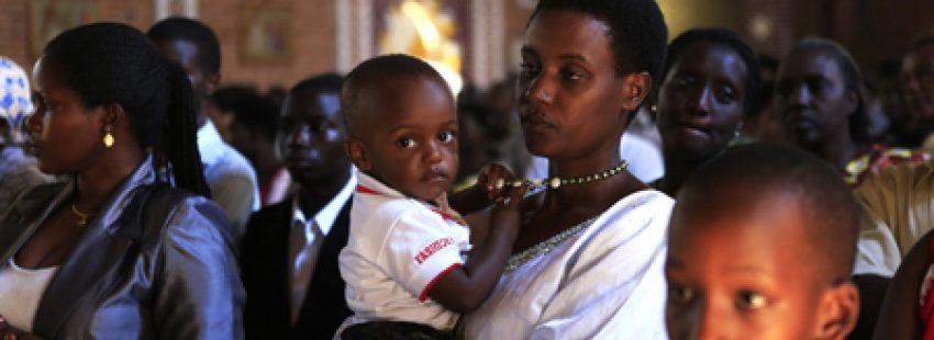 fieles en Ruanda en una misa en conmemoración de las víctimas del genocidio de Ruanda en 1994, foto de abril de 2014