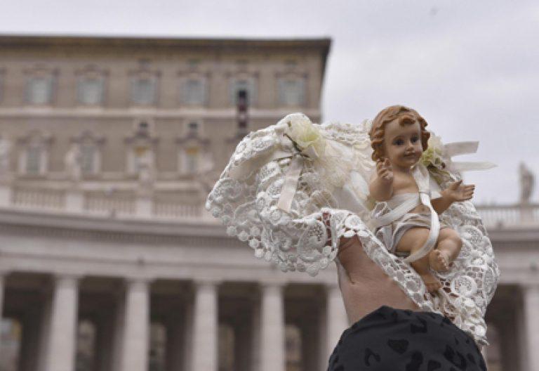 bendición de niños jesús angelus Plaza de San Pedro del Vaticano 11 diciembre 2016