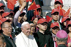 papa Francisco con peregrinos chinos en el Vaticano en una audiencia en octubre 2016
