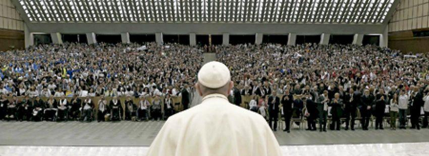papa Francisco en un encuentro con miles de jóvenes comprometidos en el Servicio Social Italiano, en el Aula Pablo VI 29 noviembre 2016