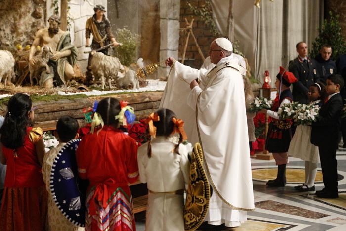 papa Francisco celebra misa Navidad del Señor Nochebuena 24 diciembre 2016 incensando el belén en la Basílica vaticana