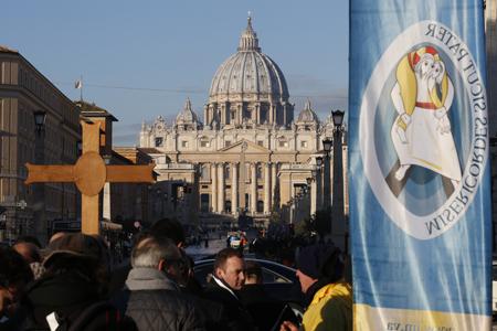 peregrinos se acercan a la basílica de san pedro del vaticano en el año santo jubileo de la misericordia 2016
