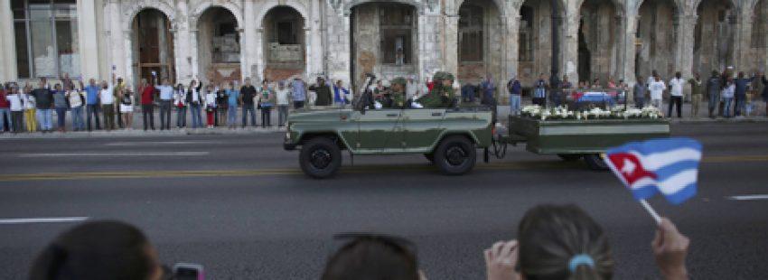 vehículo militar con los restos mortales de Fidel Castro para dar el último adios en las calles de La Habana