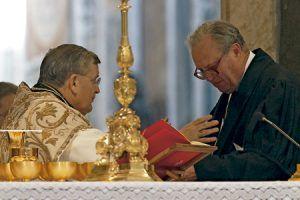cardenal Raymond Leo Burke patrono de la Orden de Malta con el gran maestre Matthew Festing