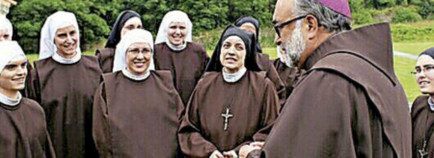 Jesús Sanz, arzobispo de Oviedo y obispo responsable de la vida contemplativa de la CEE con un grupo de religiosas contemplativas