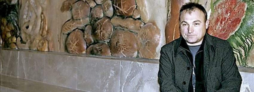 Miquel Barceló posa junto a su retablo cerámico en la capilla del Santísimo de la Catedral de Palma de Mallorca