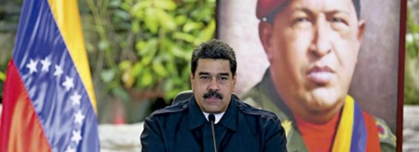 Nicolás Maduro presidente de Venezuela tras una reunión con su Ejecutivo junto a un cuadro de Hugo Chávez