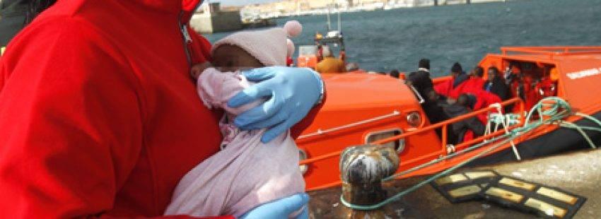2 bebés y 30 adultos rescatados por salvamento marítimo cuando intentaban cruzar el Estrecho de Gibraltar en patera enero 2017