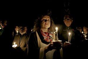 fieles católicos de Malta en una celebración con velas
