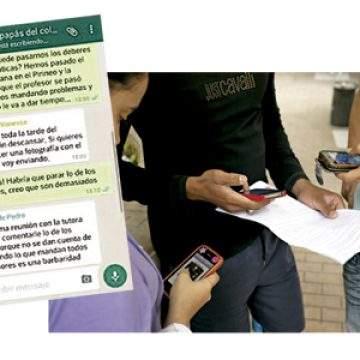varios jóvenes utilizando sus teléfonos móviles y una conversación de WhatsApp