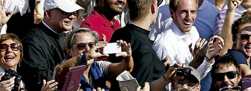 Francisco saluda a los fieles durante la ceremonia de beatificación de Pablo VI Vaticano 19 octubre 2014