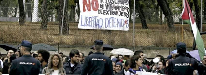 manifestación frente al CIE de Aluche Madrid tras el intento de fuga de varios internos 2016
