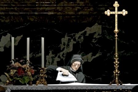 monja planchando el mantel del altar