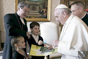 papa Francisco con Kaarlo Kalliala obispo luterano de Turku Finlandia y dos niños que le entregan un dibujo