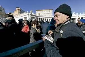 grupo de pobres, sin techo y refugiados reparten un libro sobre la misericordia en el Vaticano 6 enero 2017
