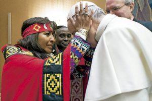 papa Francisco recibe bendición de una indígena de una participante en el Foro de los Pueblos Indígenas febrero 2017