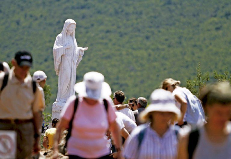 peregrinos en el pueblo de Medjugorje donde supuestamente se aparece la Virgen María