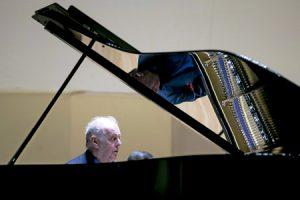 Daniel Barenboim ensaya al piano antes de un concierto en el Palau de la Música de Valencia