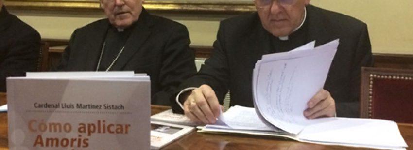 Lluís Martínez Sistach cardenal arzobispo emérito de Barcelona y Carlos Osoro cardenal de Madrid en la presentación del libro Cómo aplicar Amoris laetitia Madrid 8 febrero 2017