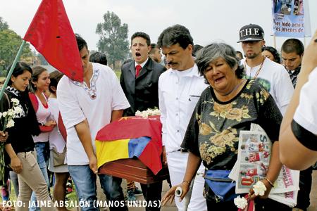 entierro de un líder juvenil indígena en Colombia guerra sucia