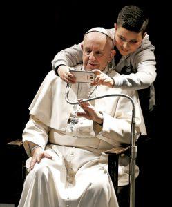 papa Francisco se hace un selfie con un niño durante la visita a la parroquia Santa María Josefa del Corazón de Jesús a las afueras de Roma febrero 2017