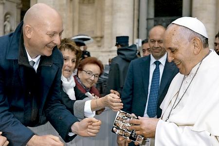 papa Francisco y Daniel Pittet abusado por un clérigo y autor del libro Le perdono padre