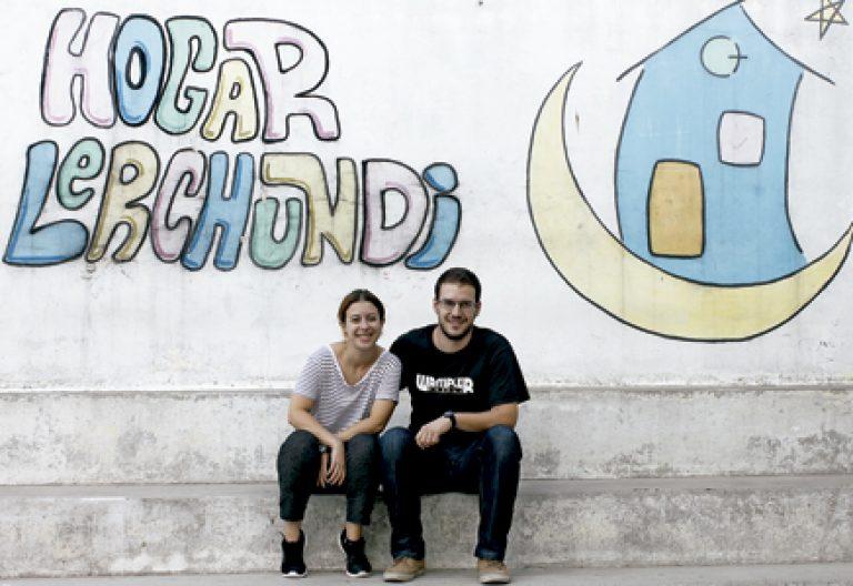 Dos misioneros laicos sentados en Tánger