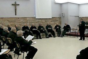 obispo de Astorga Juan Antonio Menéndez con sacerdotes de la diócesis