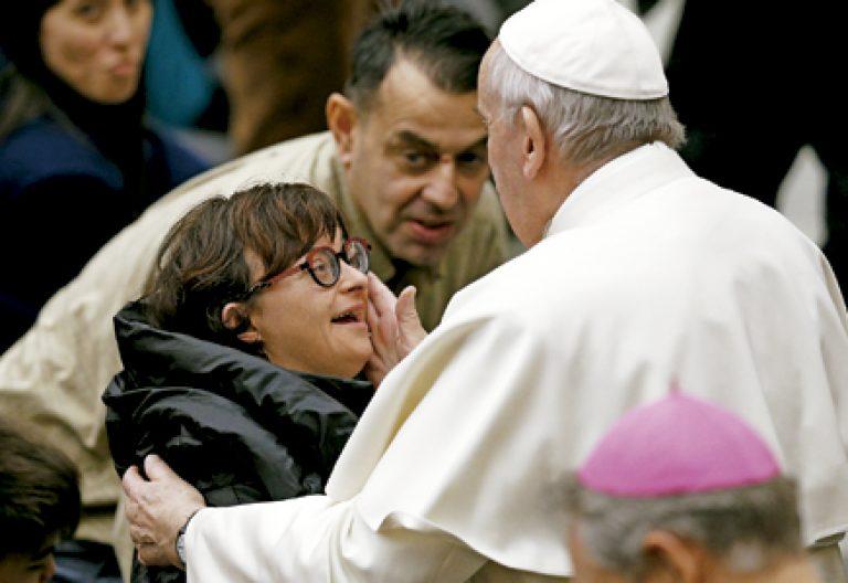 papa Francisco con una mujer con discapacidad en la audiencia febrero 2017
