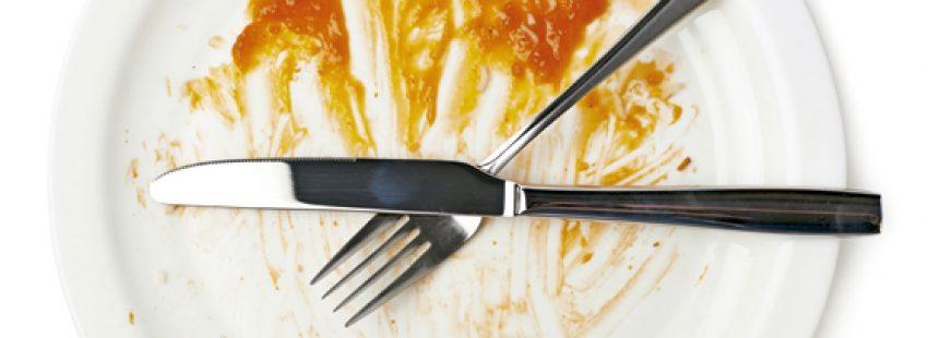 plato de comida vacío con cuchillo y tenedor