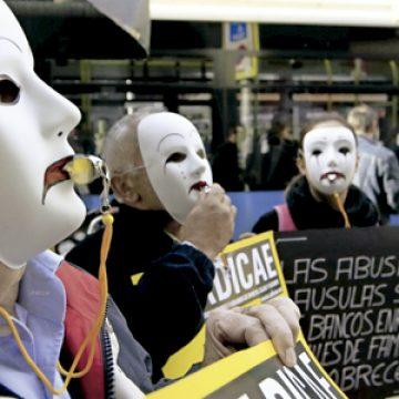 protesta en la calle de afectados por las cláusulas suelos en préstamos hipotecarios
